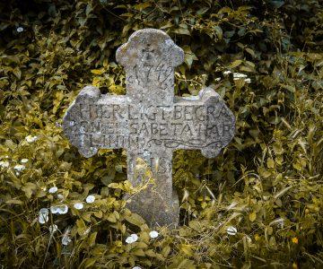 Szent István-kápolna sírkeresztjei, az első német telepesek sírjai_Fotó_ Glasz György